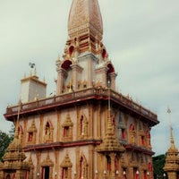 Photo taken at วัดไชยธาราราม (วัดฉลอง) Wat Chalong by sawza b. on 9/2/2012