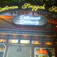 Photo taken at Restoran Singgah Selalu by Riena S. on 11/2/2012