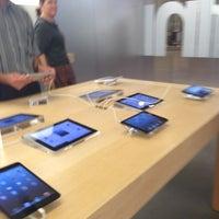 Photo taken at Apple Arrowhead by Yxes 💋🌻💃🏽 ☕. on 11/9/2012
