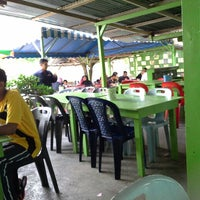 Photo taken at Roti Canai D'Bukit by Yushazizi Y. on 6/12/2013