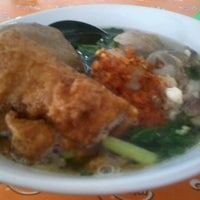 Photo taken at Mie Ayam Pak Mien by Dwi U. on 9/27/2012