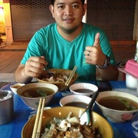 Photo taken at ข้าวต้มปลาลุงโย by MemiTchii M. on 11/16/2012
