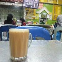 Photo taken at Restoran Lenggong Kuey Teow Kerang by Saifullah S. on 10/20/2012