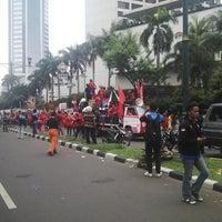 Photo taken at Bundaran Hotel Indonesia (Monumen Selamat Datang) by Tonny R. on 5/1/2013