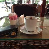 Photo taken at Gloria Jean's Coffees by Ozgur G. on 7/4/2013