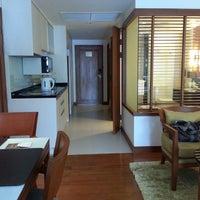 Photo taken at Woodlands Suites Serviced Residences Pattaya by Je Oah on 8/8/2015