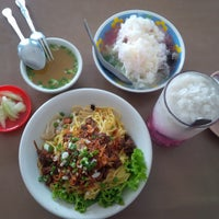 Photo taken at Mie Pangsit Gajah Mada by Dinda Ayu M. on 11/27/2014