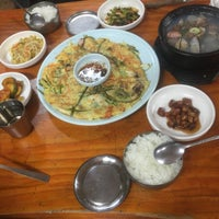 Photo taken at 산촌 (山村, Sanchon Temple Cooking) by Amira A. on 4/18/2016