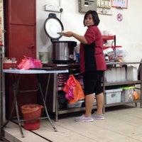 Photo taken at 大家笑海鲜楼 by Harriet L. on 3/8/2014