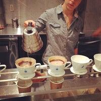 Photo taken at Blue Bottle Coffee by Tsunemi K. on 7/11/2013