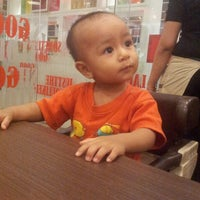Photo taken at Pizza Hut by waone f. on 5/19/2013
