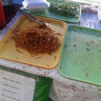 Photo taken at Sunday Market (Pasar Minggu Satok) by Fazzery A. on 2/6/2016