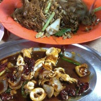 Photo taken at Batu 8 Kapar Seafood by Zhi Min C. on 11/1/2014