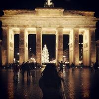 Photo taken at Pariser Platz by Yi-Ting W. on 12/25/2012