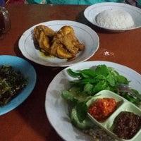 Photo taken at Ayam Goreng Kampung Mbah Karto by Unggul K. on 4/21/2015