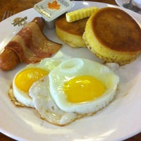 Photo taken at Tappers Caffé by Yendy L. on 11/28/2012