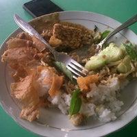 Photo taken at Pecel & Rawon Glintung Bu Yatirah by Dandy J. on 1/4/2014