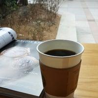 Photo taken at The Coffee Bean & Tea Leaf by Taejoon K. on 4/5/2014