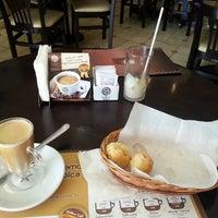 Photo taken at Supremo Arábica - Café & Chocolate by Betinho L. on 9/9/2013