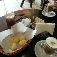 Photo taken at Supremo Arábica - Café & Chocolate by Betinho L. on 9/10/2013