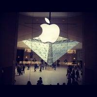 Photo taken at Apple Carrousel du Louvre by Ivan G. on 10/7/2012