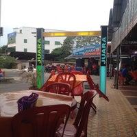 Photo taken at Restoran Juara Ikan Bakar 24 Jam by Sazali ®. on 1/22/2014
