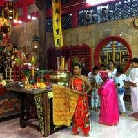 Photo taken at ศาลเจ้าจุ้ยตุ่ยเต้าโบ้เก้ง (Jui Tui Shrine) 水碓斗母宮 by Watcharaphong C. on 8/22/2012