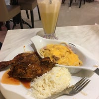 Photo taken at Kenny Rogers Roasters by Ku I. on 11/18/2016