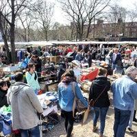 Das Foto wurde bei Flohmarkt am Mauerpark von Daniel E. am 4/21/2013 aufgenommen
