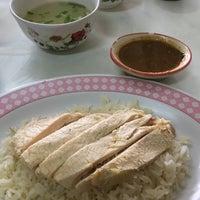 Photo taken at ข้าวมันไก่พงษ์หลี ลำปาง by zesunsai. ❥ on 11/12/2016
