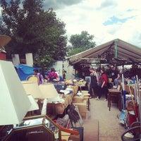 Das Foto wurde bei Flohmarkt am Mauerpark von Pete O. am 6/24/2013 aufgenommen