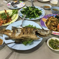 Photo taken at Rub Lom Seafood by Somyot K. on 4/18/2016