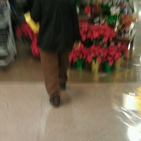 Photo taken at Kroger by Hendy S. on 11/22/2011