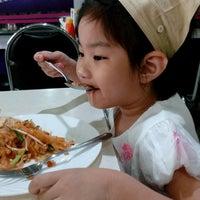 Photo taken at ศิริวรรณ หอยทอด-ผัดไทย (Siriwan) by pichamon t. on 9/10/2016