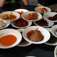 Photo taken at Rumah makan Sederhana by tetra dandei on 8/12/2013