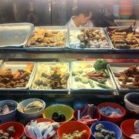 Photo taken at People's Park Hakka Yong Tau Fu by yining on 12/4/2012