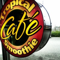 Photo taken at Tropical Smoothie Caf΀ by Damien S. on 2/16/2013