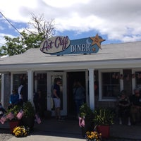Photo taken at The Art Cliff Diner by Perry S. on 5/25/2014