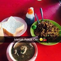 Photo taken at Mamak Pokok Ceri by yayan a. on 10/28/2016