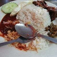 Photo taken at Restoran Halelah by Ahmad Rashidi Z. on 5/23/2013