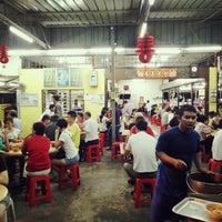 Photo taken at Heng Kee Bak Kut Teh 兴记肉骨茶 by Sean Lim 小. on 10/5/2013