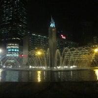 Photo taken at Bundaran Hotel Indonesia (Monumen Selamat Datang) by Nicolas S. on 1/5/2013
