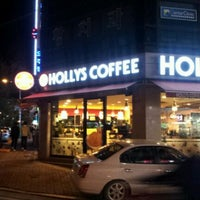 Photo taken at HOLLYS COFFEE by 우성 정. on 10/18/2011
