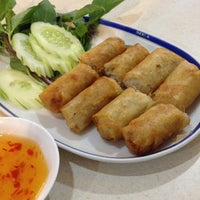 Photo taken at ศิริวรรณ หอยทอด-ผัดไทย (Siriwan) by Preeyanuch P. on 5/24/2012
