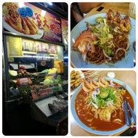 Photo taken at Sungai Pinang Food Court (檳榔河) by Lin Y. on 11/5/2013