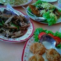 Photo taken at ห้องอาหาร โกแท้ (สมชัย) by Auy W. on 5/5/2013