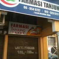 Photo taken at Farmasi Tanjung 丹绒西药房 by fireflyracoon f. on 3/10/2013