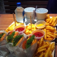 Photo taken at Shake Shack by Ghaida A. on 10/28/2013