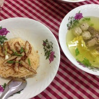 Photo taken at ก๋วยเตี๋ยวต้มยำ ชามใหญ่ by Jenny C. on 7/13/2016