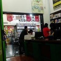 Photo taken at Toko Buku Togamas by Kiki Desky R. on 1/2/2013